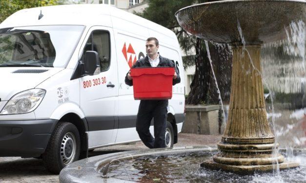 Kurier przekazuje paczkę na trasie do drugiego samochodu – Nagranie z YouTube